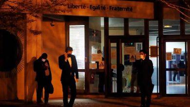 Photo of ชายวัย 18 ปีถูกตำรวจฝรั่งเศสยิงหลังตัดศีรษะครูที่แสดงการ์ตูนศาสดาโมฮัมเหม็ดในชั้นเรียน |  ผู้ที่ถูกตัดศีรษะในการเผชิญหน้าถูกโจมตีโดยการพูดของอัลลอฮุอักบัร