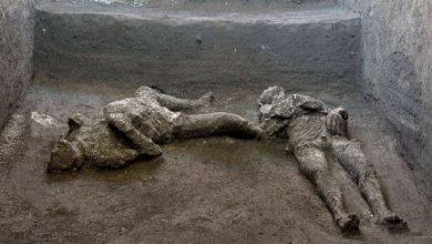 Photo of ทีมโบราณคดีอิตาลีพบโครงกระดูกของเศรษฐีอายุ 2 พันปีและทาสของเขาในการขุดค้น |  โครงกระดูกของเศรษฐีและทาสของเขาที่พบในการขุดค้นมีอายุนับพันปี