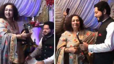 Photo of IPS แชร์วิดีโองานแต่งงานของชาวปากีสถานที่แม่สามีมอบ AK-47 ให้เจ้าบ่าว |  IPS แบ่งปันของขวัญนี้โดยเขยเจ้าบ่าวให้เจ้าบ่าวในปากีสถาน IPS แชร์วิดีโอ