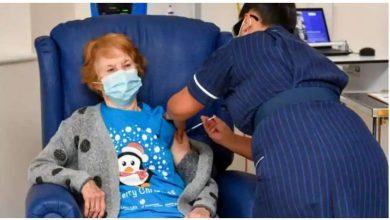 Photo of มาร์กาเร็ตคีแนนชาวอังกฤษวัย 90 ปีกลายเป็นคนแรกในโลกที่ได้รับเชื้อไวรัสโคโรนานอกการทดลอง