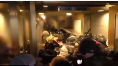 Photo of วิดีโอสุดสยองเกี่ยวกับความรุนแรงในหน่วยงานของรัฐสหรัฐฯผู้ก่อการจลาจลไม่ไว้ชีวิตตำรวจ |  วิดีโอ: การจลาจลไม่ได้ช่วยตำรวจในความรุนแรงของ Capitol Hill