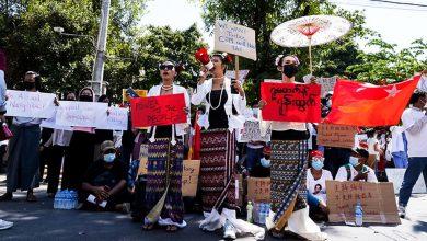 Photo of เมียนมาร์: จีนมีบทบาทในการทำรัฐประหารหรือไม่?  เริ่มการประท้วงต่อต้านมังกรแล้ว  ประชาชนชาวเมียนมามั่นใจ: ด้วยความช่วยเหลือของจีนกองทัพบกได้ทำการรัฐประหารผู้คนหลายพันคนออกมาประท้วงตามท้องถนน