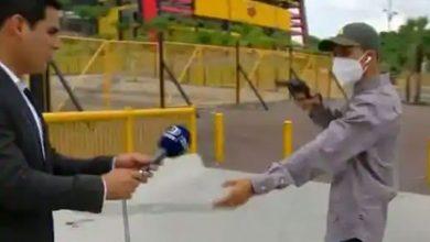 Photo of นักข่าวถูกปล้นในระหว่างการรายงานสดทางทีวีวิดีโอกลายเป็นไวรัล |  ผู้สื่อข่าวรายงานสดการโจรกรรมที่จ่อวิดีโอแพร่ระบาด