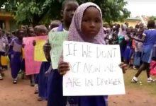 Photo of เด็กผู้หญิงกว่า 300 คนถูกลักพาตัวจากโรงเรียนไนจีเรีย |  เด็กผู้หญิงกว่า 300 คนถูกกลุ่มติดอาวุธลักพาตัวในไนจีเรีย
