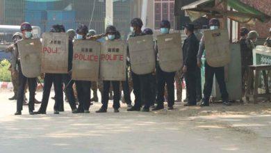 Photo of การประท้วงต่อต้านรัฐประหารยังคงดำเนินต่อไปในพม่ากองกำลังจุดไฟในย่างกุ้ง  จนถึงขณะนี้มีผู้ได้รับบาดเจ็บจำนวนมากและหลายร้อยคน |  รัฐประหารเมียนมาร์: การปราบปรามผู้ประท้วงในย่างกุ้งยังคงดำเนินต่อไปมีผู้ได้รับบาดเจ็บ 5 คนจากการยิง
