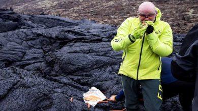 Photo of Iceland Mount Fagradalsfjall นักวิทยาศาสตร์ทำอาหารและกินฮอทด็อกบนลาวาอันอบอุ่นของวิดีโอไวรัสภูเขาไฟ  ภูเขาไฟไอซ์แลนด์ Mount Fagradalsfjall: นักวิทยาศาสตร์ทำอาหารและกินฮอทดอกบนภูเขาไฟร้อนวิดีโอไวรัล