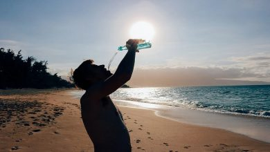 Photo of ผลข้างเคียงของการดื่มน้ำขณะยืน khade hokar pani pine ke nuksan samp |  ระวัง : ห้ามดื่มน้ำทั้งๆ ที่ยืนลืมตา อาจเกิดปัญหาร้ายแรงได้
